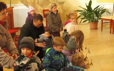 Gyerekek a szentmisén és a plébánián