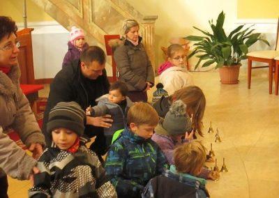 gyerekek-a-szentmisen-es-a-plebanian-2017-03