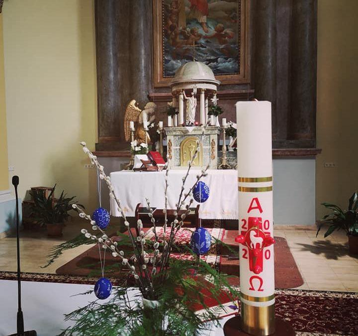 Különleges hímestojások díszitik a templomot