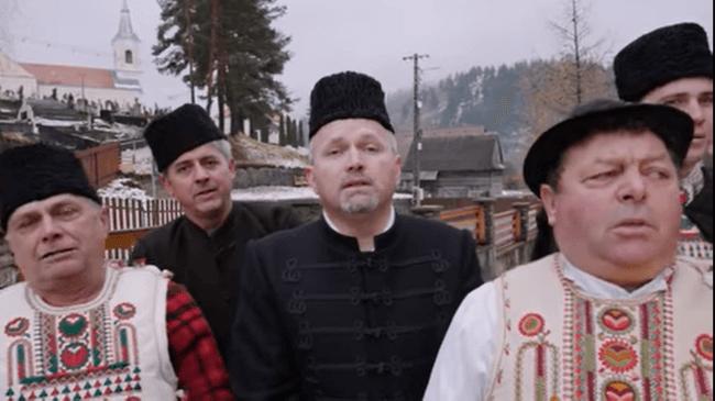 Így énekelnek karácsonyi éneket testvértelepülésünkön, Gyimesfelsőlokon